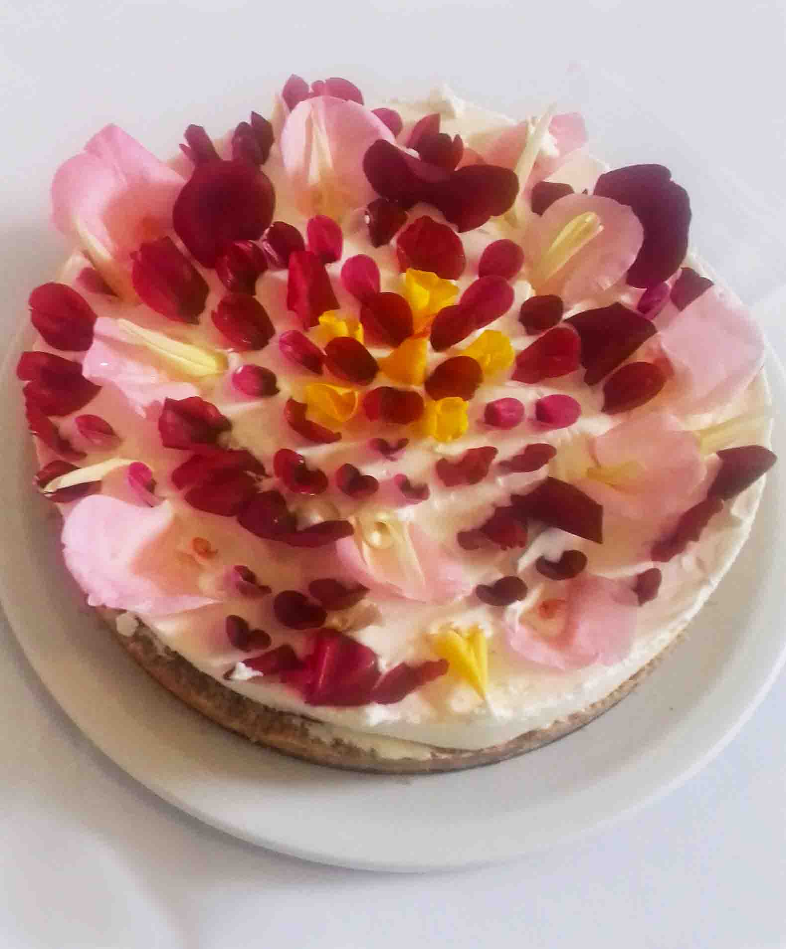 Meeting rooms with food - Cheesecake with edible flowers